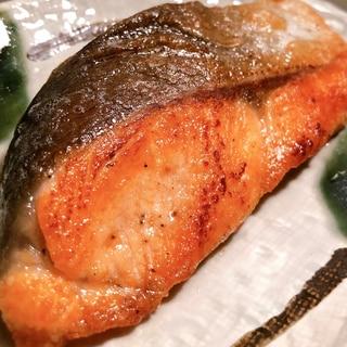 少ないバターでも十分美味♡シンプルな鮭のムニエル