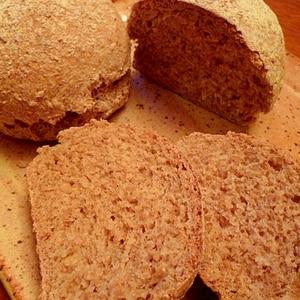 レンジ発酵☆全粒粉100%ゴマ入りドイツ風田舎パン