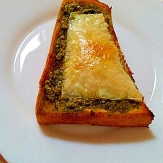 ジェノベーゼソースのチーズトースト♪