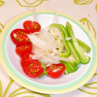 旨味たっぷり♪トマトと新玉ねぎとピーマンのマリネ