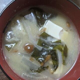 豆腐と玉ねぎとわかめのナメコ汁