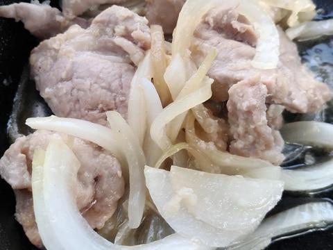スキレットおつまみ♪豚ヒレと新玉ねぎの塩麹蒸し焼き