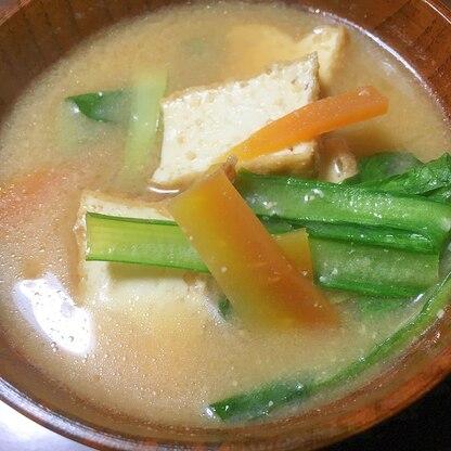 厚揚げと小松菜と人参の味噌汁