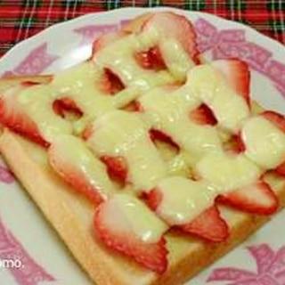 見た目もカワイイ♪いちごのチーズトースト
