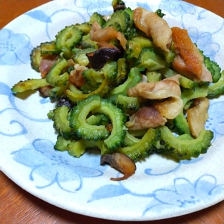 鶏皮と椎茸とゴーヤの炒め