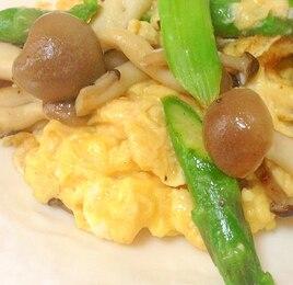 アスパラとしめじのふわふわ卵炒め