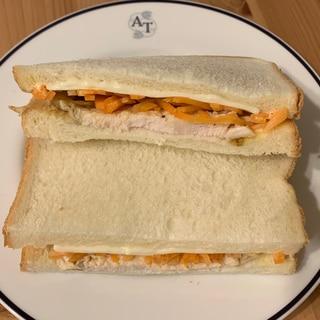 サラダチキンでサンドイッチ