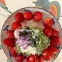 レタス 、いちご、ミニトマトのサラダ