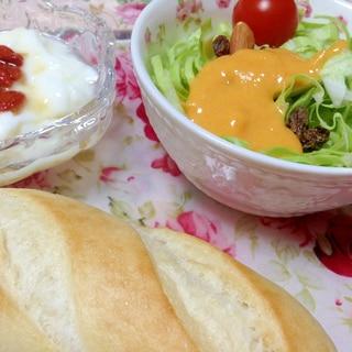 簡単サラダとクコの実ヨーグルトの朝食プレート