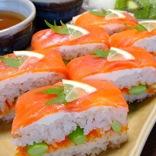 スモークサーモン&クリチの押し寿司です☆プチ贅沢♪
