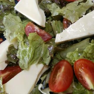 カマンベールチーズとミニトマトとレタスのサラダ♡