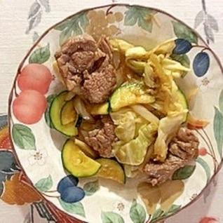 ラム肉、玉葱、ズッキーニ、キャベツの炒め物
