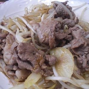 ラム肉ともやし、玉ねぎの炒め物♪