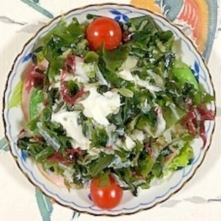 ロースハム、セロリ、海藻サラダのサラダ