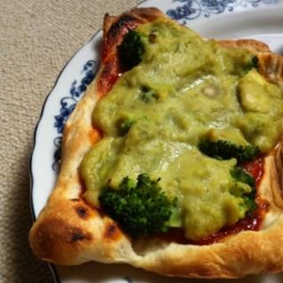 魚焼きグリルでミニピザ☆ブロッコリーそら豆ソース