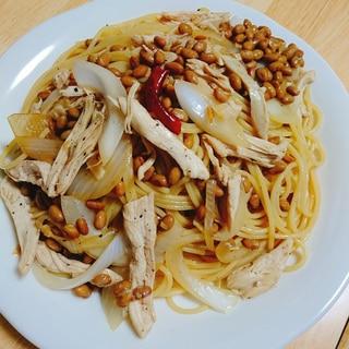 新玉ねぎと蒸し鶏の納豆パスタ