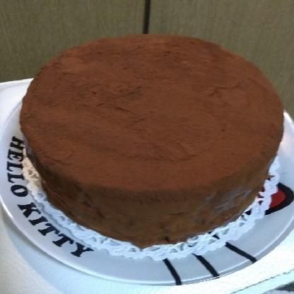 丸型で作りました。ふわふわスポンジと濃厚生チョコのハーモニーがとても美味しかったです♪家族大絶賛でした!