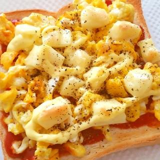 スクランブルエッグとチーズのトースト