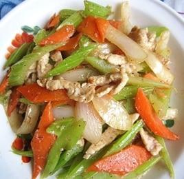セロリにんじん豚肉炒め(芹菜胡蘿卜炒肉)