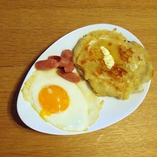 ホットケーキと目玉焼きとウィンナーの朝食