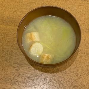 玉ねぎとキャベツと麸の味噌汁