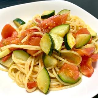 トマトとズッキーニの彩りパスタ