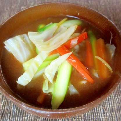 アスパラ、にんじん、キャベツの味噌汁