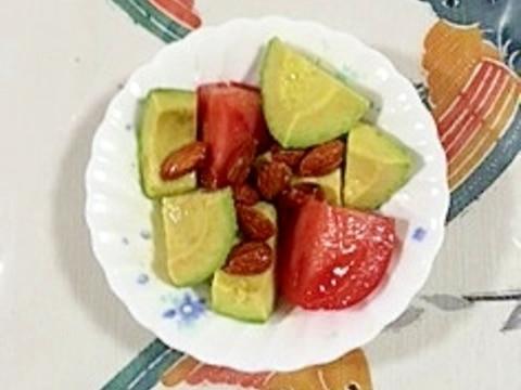 アボガドとトマトにアーモンド