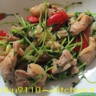 豆苗と鶏肉の塩麹にんにく炒め