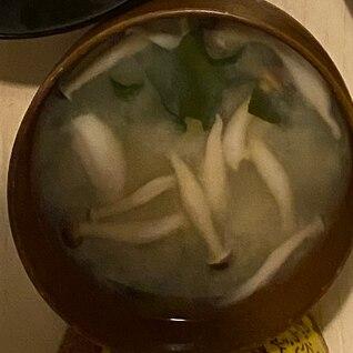 しめじとわかめの味噌汁