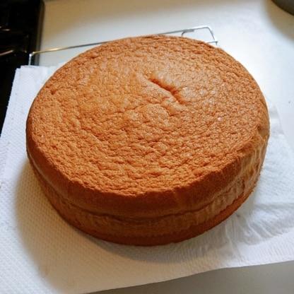 これまで沢山のレシピで焼いてきましたが、こちらのスポンジケーキが1番ふわふわで柔らかい仕上がりになります。またリピします!