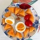 メロン、ゆで卵、ミニトマト、胡桃のサラダ