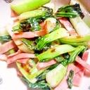 ごま油で炒める青梗菜とベーコンの炒め物