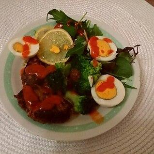 茹で卵とチーズ入りハンバーグのコブサラダ