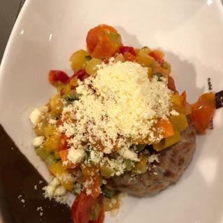 彩り野菜とチーズのハンバーグ