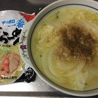 玉ねぎと魚粉入り塩ラーメン(サッポロ一番)
