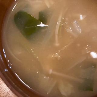 白菜とわかめとたまねぎとえのきの味噌汁