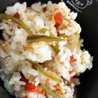 梅と茎わかめの混ぜご飯