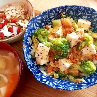 ブロッコリーと豆腐の食べるサラダごはん。