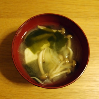 豆腐とわかめとしめじと玉ねぎのお味噌汁