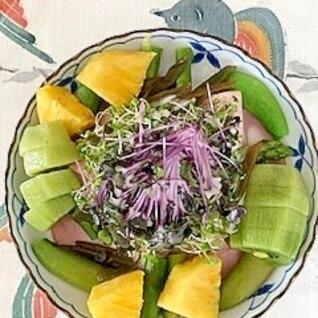 レタス 、ロースハム、茎わかめ、パイン、のサラダ