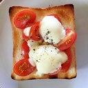 モッツアレラとオイルマリネトマトのトースト