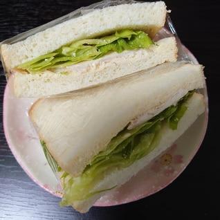 サラダチキンとタルタルソースのサンドイッチ