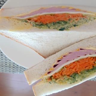 ニンジン、キュウリ、ハムのサンドイッチ
