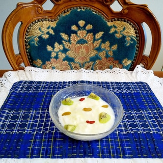 冷凍フルーツとドライフルーツヨーグルト