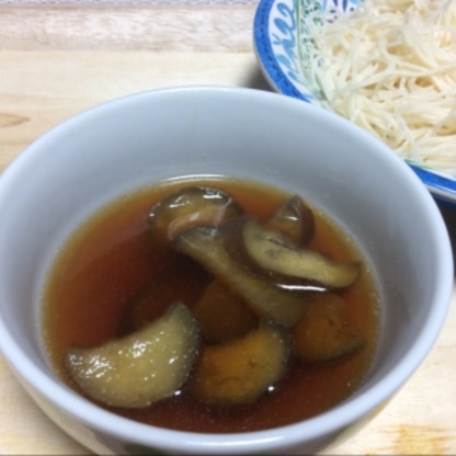 残ってた素麺で作りました。茄子入りの温かいつけ汁も良いですね〜♪とっても美味しかったです(๑>◡<๑)