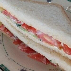 トマトときゅうりのサンドイッチ