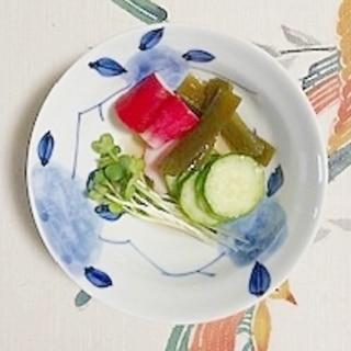 胡瓜、ラディッシュ、板蒲鉾、茎わかめの和え物