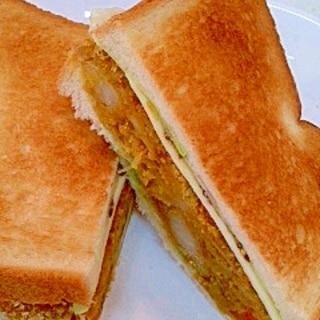 カレーコロッケとチーズの厚切りトーストサンド
