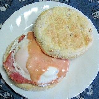 イングリッシュマフィンのベーコンエッグサンド